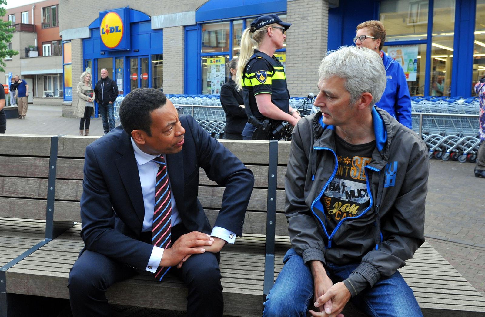 Burgemeester Weerwind in gesprek met een bewoner van de Kruidenwijk tijdens de incidenten vorig jaar (foto door: Bob Friedländer)
