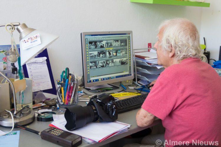 Bob Friedländer bezig met het sorteren van zijn foto's