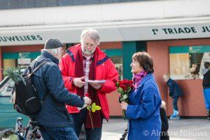 John van der Pauw (in het midden) tijdens de campagne voor de TK-verkiezingen